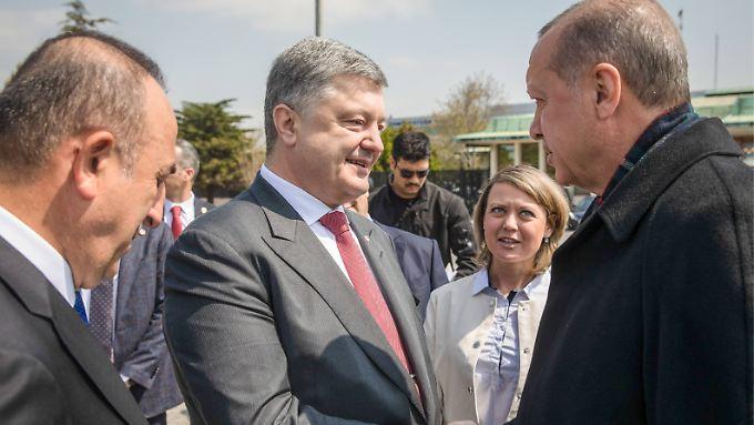 Der ukrainische Präsident Poroschenko traf in Istanbul mit Außenminister Cavusoglu (l.) sowie mit Staatschef Erdogan (r.) zusammen.