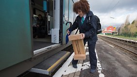 Bahnsteig zu niedrig: Passagiere müssen über Hocker in Zug klettern