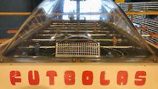 ... ist aber ein sowjetisches Tischfußball-Gerät: Futbolas.