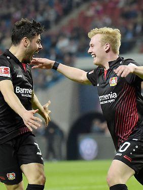 Leverkusener Torschützen unter sich: Kevin Volland und Julian Brandt.