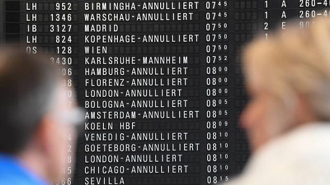 Der Flughafenbetreiber Fraport rechnet am Flughafen in Frankfurt mit insgesamt fast 660 Ausfällen bei Starts und Landungen.