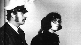 Norbert Schmid stirbt bei der Verhaftung von Margrit Schiller (die hier kurz darauf zu einem Verhör geführt wird).