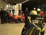 Notärzte versorgen die Opfer der Attacke auf der S-Bahnhaltestelle Jungfernstieg.