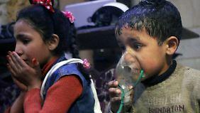 Die syrischen Weißhelme veröffentlichten Bilder, die Verletzte nach der mutmaßlichen Giftgasattacke zeigen sollen.