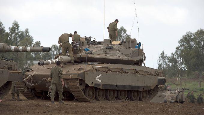 Israelische Truppen auf den Golanhöhen: Offiziell gehört der Landstrich zu Syrien. Seit 1967 befindet er sich größtenteils unter israelischer Kontrolle.