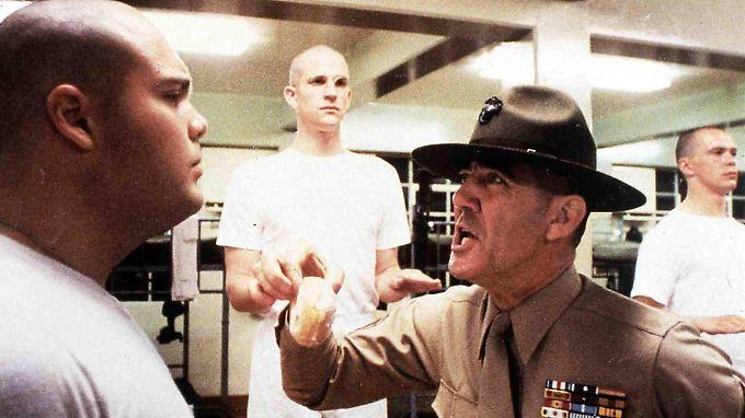 """Lee Ermey (r.) knöpft sich in seiner Rolle des sadistischen Sgt. Hartman """"Private Paula"""" vor."""