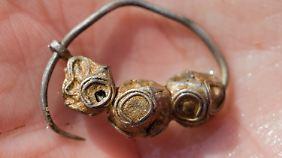 Ohrring aus Silberblechkapseln mit Faden-Granulation (slawische oder skandinavische Werkstatt).