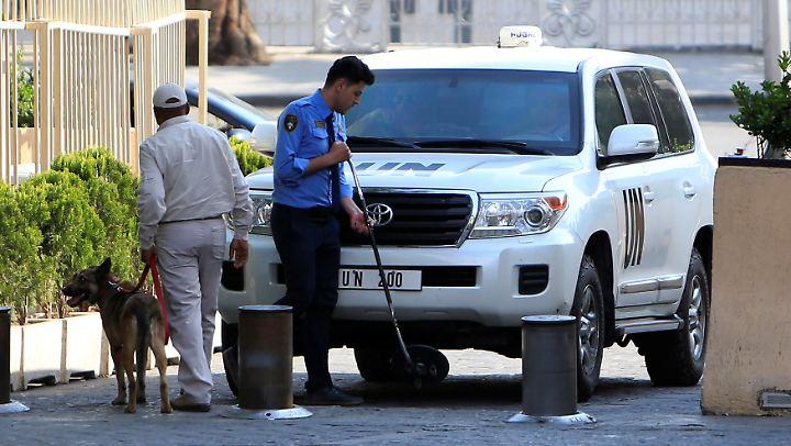 In einem Jeep der Vereinten Nationen kommen die OPCW-Kontrolleure in Damaskus an.
