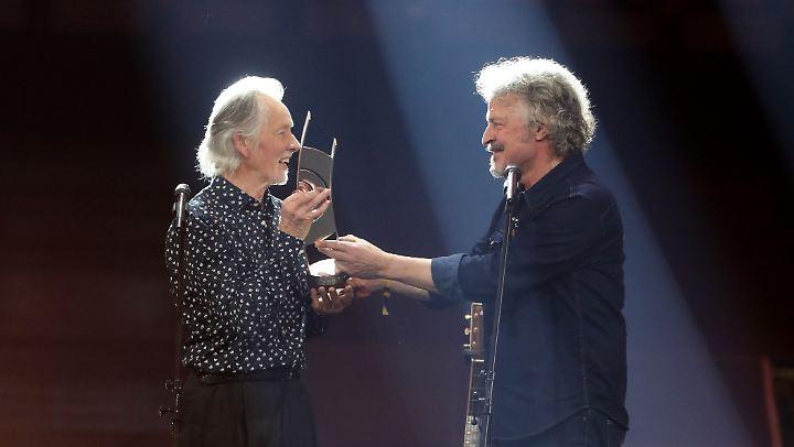 Voormann bekam den Preis von Wolfgang Niedecken übergeben. Zunächst hatte er sich gefreut.