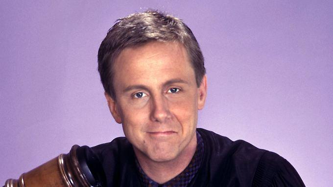 """So kennen ihn seine Fans: Harry Anderson in """"Harrys wundersames Strafgericht"""". das Foto stammt aus dem Jahr 1988."""