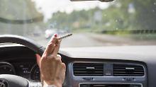 Qualmend hinterm Steuer: Rauchen kann teuer werden