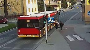 Kaum zu glauben, aber wahr: Mädchen stößt Freundin unter fahrenden Bus