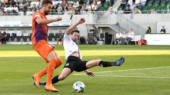 Lukas Hinterseer (l.) erzielte für den VfL sein 13. Saisontor.