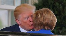 """""""Haben ein tolles Verhältnis"""": Trump begrüßt Merkel mit Küsschen"""