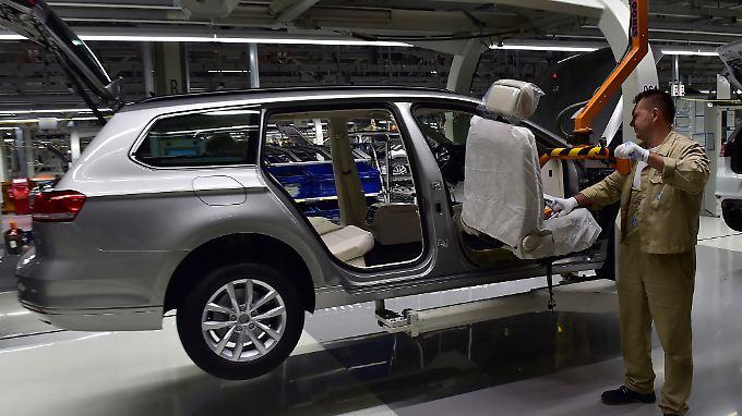Mit dem Streichen von Modellvarianten wollen VW und BMW profitabler werden.