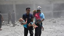 Wegen Fotos wie diesem von der Rettung verletzter Kinder in Daraa im vergangenen Jahr, stehen die Weißhelme in der Kritik, ihre Arbeit diene hauptsächlich der Propaganda.