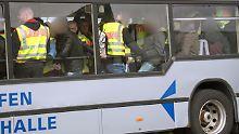 Bundespolizisten begleiten abgelehnte Asylbewerber zu einem Abschiebeflug nach Tunesien.