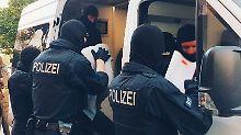 Bei dem Polizeieinsatz wurden drei Personen vorläufig festgenommen.