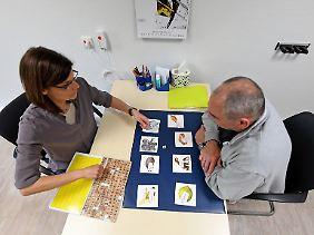 Daniela Kraune, Sprachheilpädagogin und Leiterin Sprachtherapie an der Klinik Niedersachsen, mit einem Patienten.
