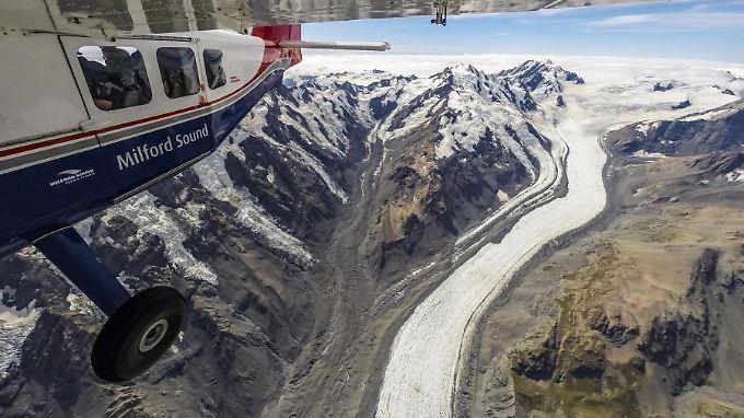 Über einem der berühmtesten Gletscher Neuseelands, The Tasman. Seit 1990 hat sich das Eis durchschnittlich um 180 Meter pro Jahr zurückgezogen. Tasman Lake am Endpunkt des Gletschers ist eine Folge des Rückgangs des Gletschers, vor 1973 gab es ihn nicht.