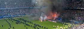 Rauchbomben und bengalische Feuer auf dem Feld - das Spiel in Hamburg musste unterbrochen werden.