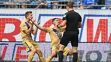Schiedsrichter Sören Storks macht die Spieler von Erzgebirge Aue fassungslos.