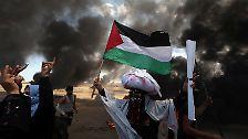 """Die Randalierer schleudern Brandbomben und Sprengkörper, zünden Reifen an, werfen Steine und versuchen Feuer auf israelischem Gebiet zu entzünden."""""""