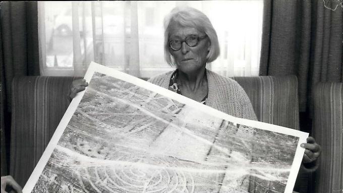 Maria Reiche mit einem ihrer Fotos von einem Nazca-Bild.