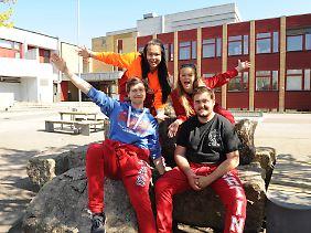 Norwegen, Moss: Die Abiturienten Thanaporn Samveang, Margrethe Lia, Tobias Aas und Martin Grønli sind in ihren roten Latzhosen als Russ, also als Abiturienten zu erkennen.