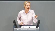 """Alice Weidel hatte im Bundestag über """"Kopftuchmädchen"""" und """"sonstige Taugenichtse"""" gesprochen - dafür gab es Buhrufe."""