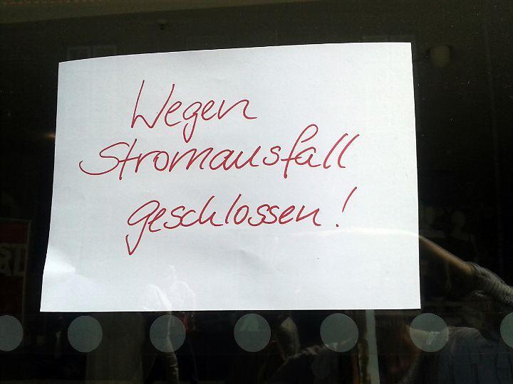 Die Menschen in Lübeck mussten im Zuge des Stromausfalls wieder auf Stift und Papier zurückgreifen.