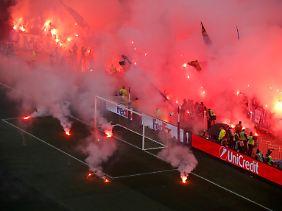 Vor dem Anpfiff brannten Marseille-Fans massenhaft Pyros im Stadion ab.