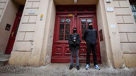 Polizisten stehen vor der Fussilet-Moschee in Berlin.