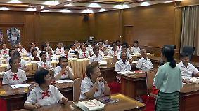 Lernen gegen ländliche Vereinsamung: Thailändische Senioren drücken die Schulbank