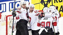 Die Schweizer bejubeln ihren Sieg über Finnland.