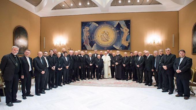 Der Skandal in Chile erschüttert das Vertrauen in die Kirche: Papst Franziskus (M.), hier bei einem Treffen mit chilenischen Bischöfen.