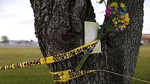 Ein Strauß Blumen, befestigt an Absperrband, erinnert an die Ermordeten.
