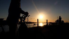 Blitz und Donner am Alpenrand: Strahlender Sonnenschein veredelt Feiertag