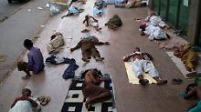 Einwohner von Karachi schlafen auf dem Bürgersteig, da die Hitze und ständigen Stromausfälle einen Aufenthalt in den Wohnungen unerträglich machen.