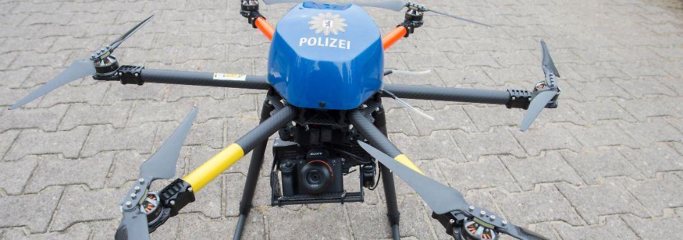 Inzwischen setzt die Polizei wie das Militär auch auf unbemannte Flugobjekte. Die sogenannten Multikopter der Polizei sind aber unbewaffnet. Sie werden eingesetzt, ...