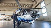 """Auf ihren 2016 vorgestellten neuen Airbus-Helicopter H145 ist die NRW-Polizei besonders stolz. Das """"fliegende Auge"""" der Polizei kann ..."""