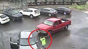 Kaum zu glauben, aber wahr: Pickup-Fahrer dreht mit Vorschlaghammer durch