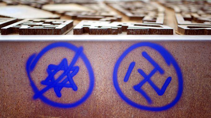 Ein Hakenkreuz und ein durchgestrichener Davidstern an einer Gedenkstätte am Nordbahnhof in Berlin.