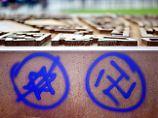 Antisemitische Graffiti an einer Gedenkstätte am Nordbahnhof in Berlin.