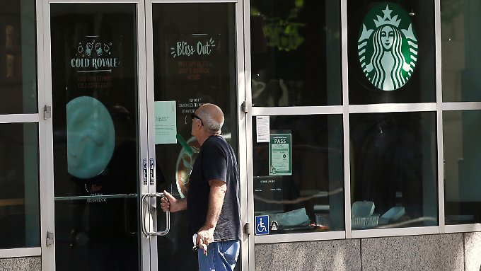 Über vier Stunden standen Starbucks-Kunden in den USA vor verschlossenen Türen.
