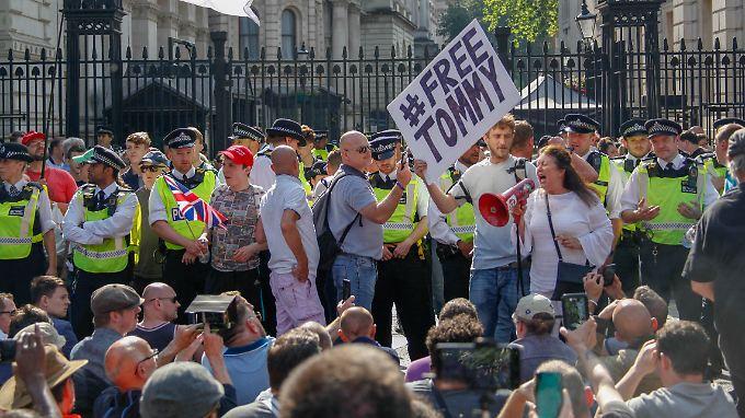 Anhänger von Tommy Robinson demonstrieren vor dem britischen Regierungssitz in der Downing Street.