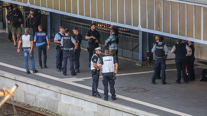 Keine Terrorhinweise in Flensburg: Polizistin erschießt Messerangreifer in Zug