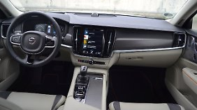 Eher sportlich als rustikal zeigt sich der Innenraum des Volvo V90 Cross Country Ocean Race.