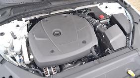 Fast vollständig verblendet arbeitet der aufgebretzelte Vierzylinder mit 326 PS nahezu geräuschlos unter der langen Haube des Volvo V90 Cross Country Ocean Race.