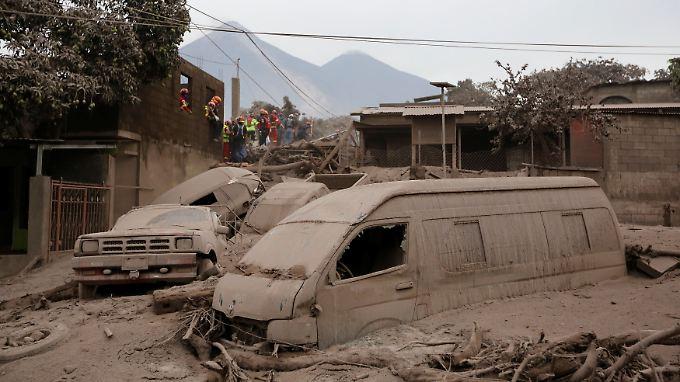 Rettungskräfte suchen nach dem Vulkanausbruch nach Überlebenden.